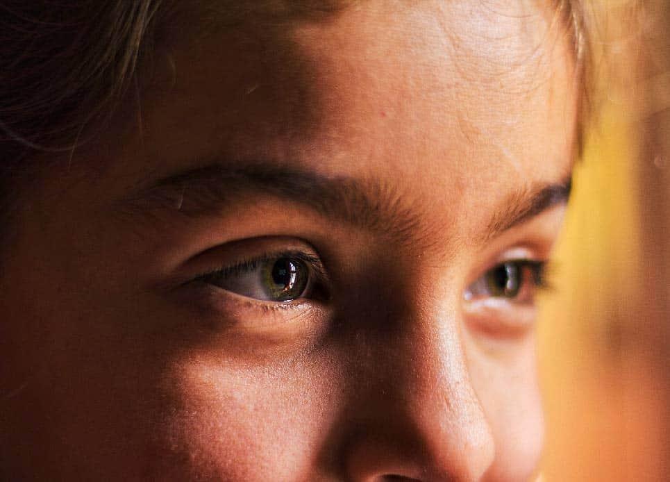 niña con ojeras pobrecilla