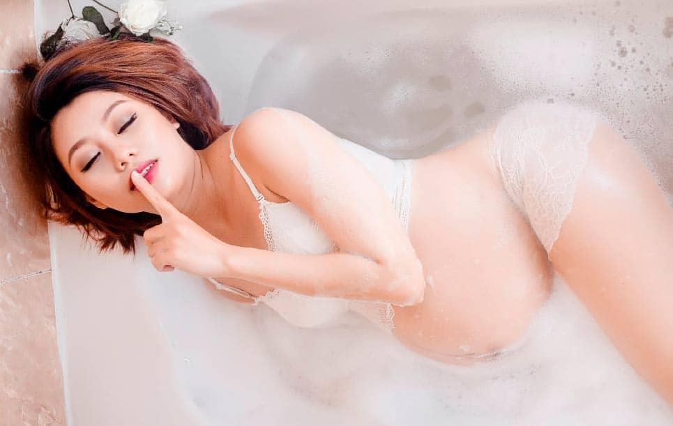 embarazada bañandose