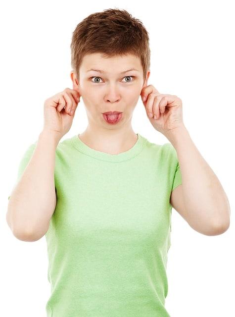 señora sacando lengua, gimnasia facial