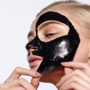 Mascarilla facial de carbón activo, el cosmético de moda